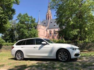 BMW318i vor einer Kirche
