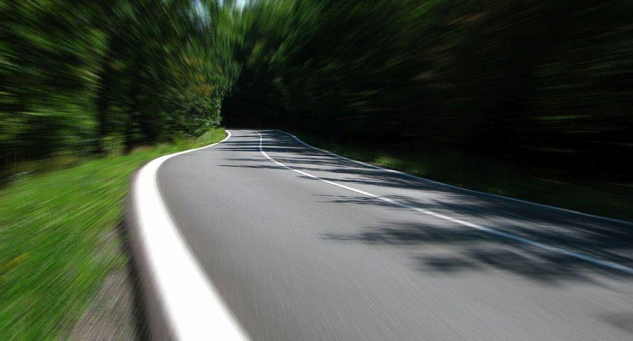 Kurvige Straße im Wald