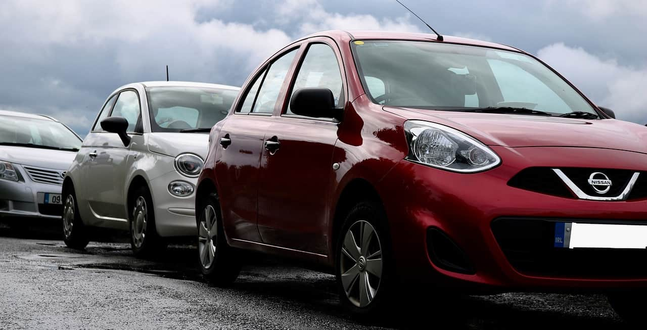 Carsharing Autos parkend am Straßenrand