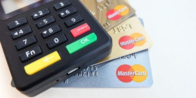Kreditkarten Lesegerät mit verschiedenen Mastercard Kreditkarten