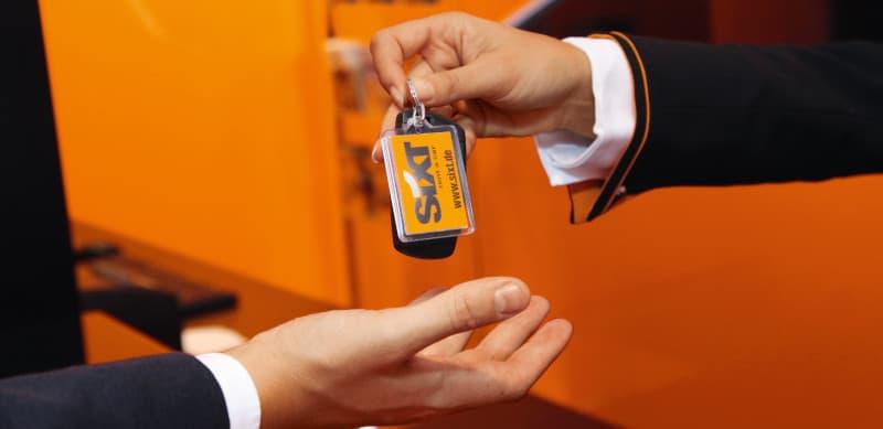 Übergabe eines Sixt Autoschlüssel