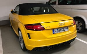 Sixt Audi TT in gelb in Parkplatz