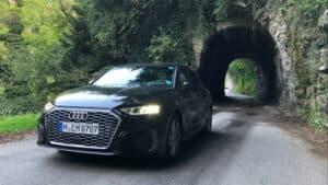 Ein Sixt Audi A3 fährt aus Tunnel