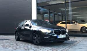 1er BMW vor einem Autohaus