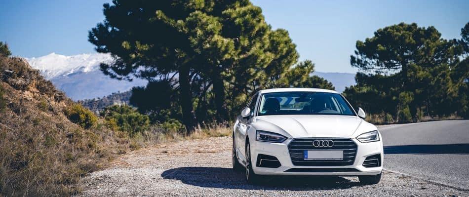 Audi steht am Straßenrand