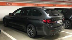 Ein Sixt 5er BMW auf dem Parkplatz